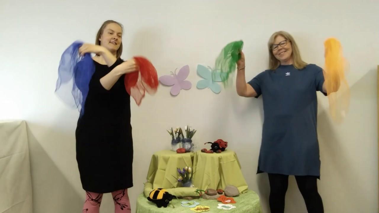 Kaksi naisoletettua henkilöä pitävät käsissään värikkäitä huiveja.