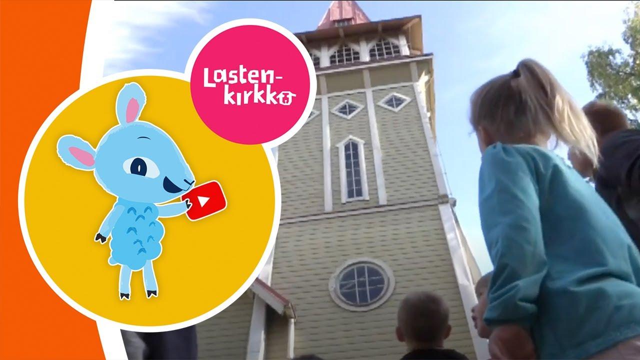 Lapset katsovat kirkkorakennusta.