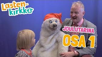 Isonkoinen jääkarhu-pehmolelu istuu miesoletetun henkilön sylissä. Vieressä on lapsi katsomassa jääkarhu-lelua.