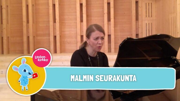 Naisoletettu henkilö soittaa pianoa.